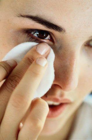 Karma ciltler için  Temizleme toniği Tonik, ciltte kalmış kir, yağ ve temizleyici kalıntılarını temizler ve cildi tazeler. Temizleyicinin ardından sürülür.   Aşağıdaki tariflerle hazırladığınız tonikten birkaç damla pamuğa damlatıp, silmeden, tamponlayarak cildinize uygulayın. Tonikleşmeden sonra yüzünüze maden suyu püskürtün ve kağıt mendille tamponlayarak kurutun. Sonraki asama nemlendirme olacak.   Hazırlanışı:  Lavanta, melisa, papatya, hatmi çiçeği, yarım fincan saf alkol, içme suyu